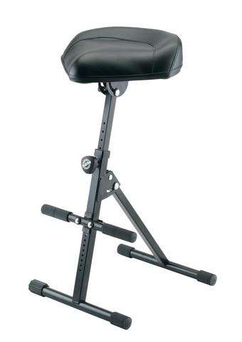 K&M justérbar stol med fodstøtte, sort læder
